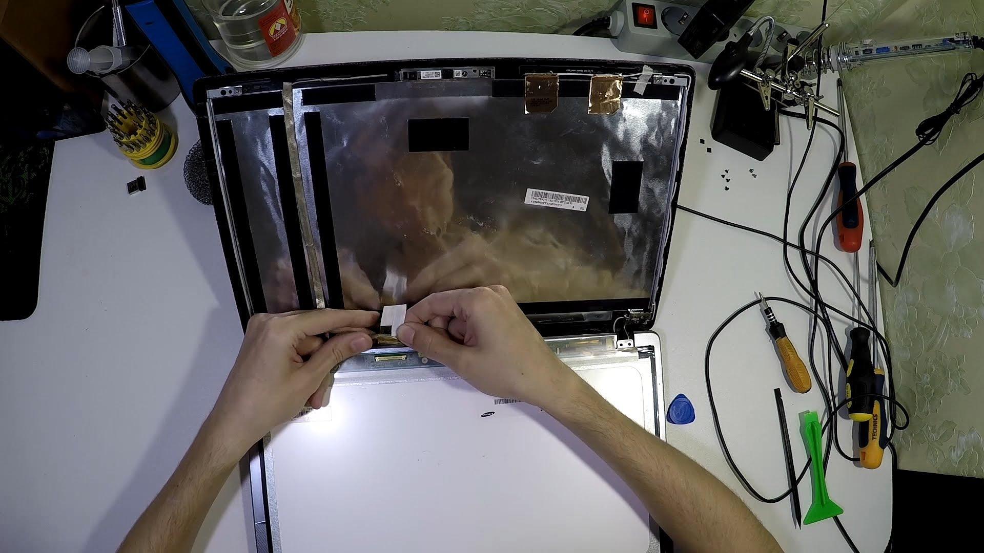 Замена экрана ноутбука – задача не из простых