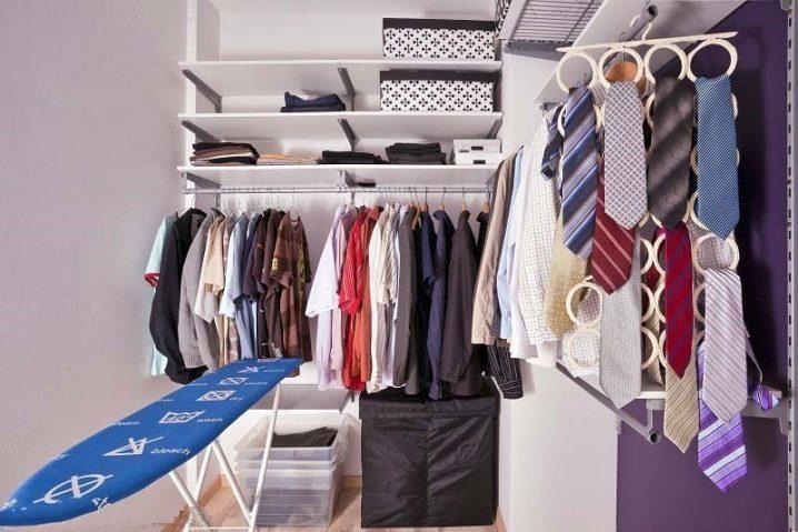 Оригинальный способ размещения вешалки для галстуков и ремней в маленьком шкафу