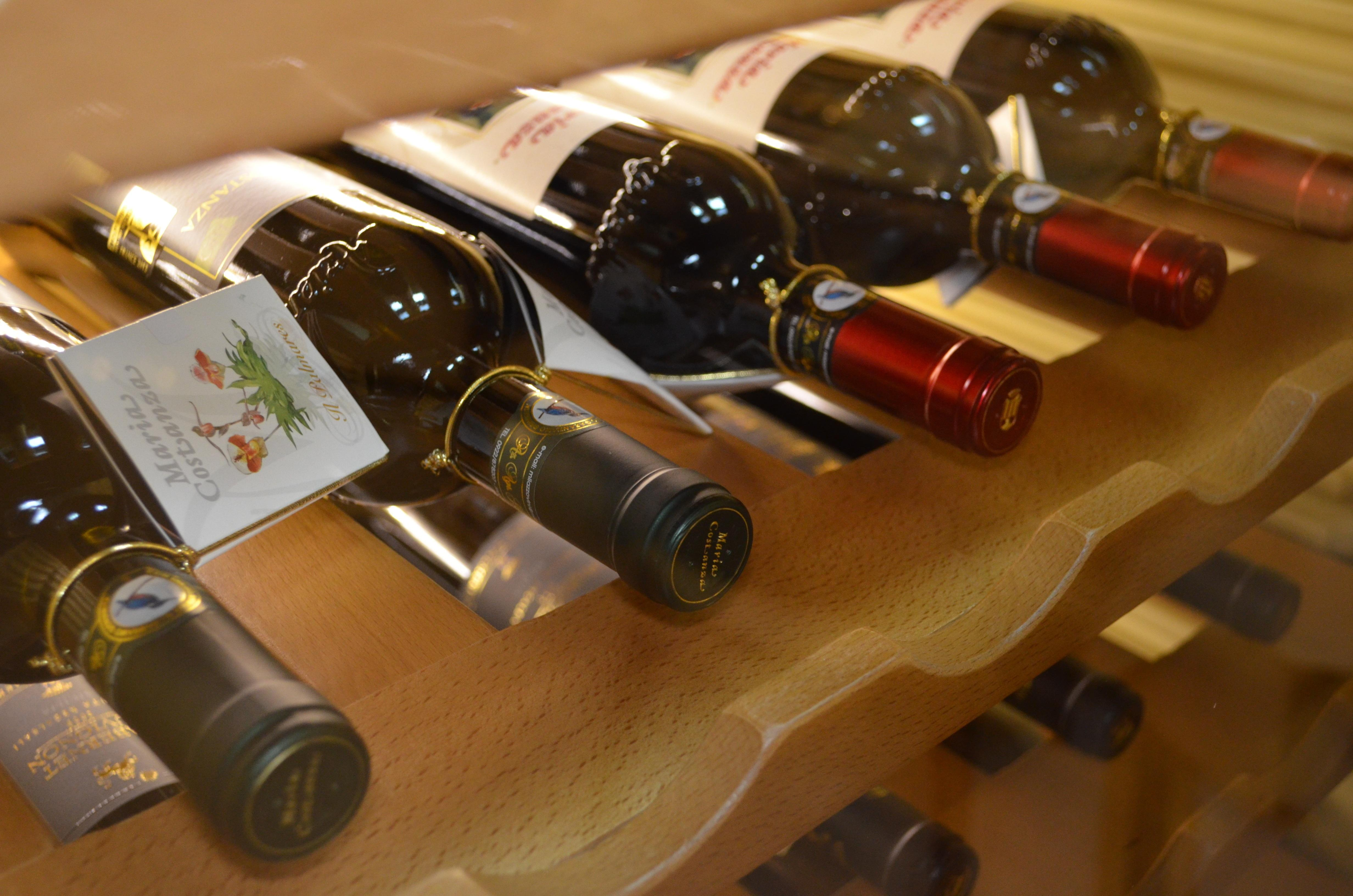 Как открыть бутылку вина без штопора: несколько проверенных способов