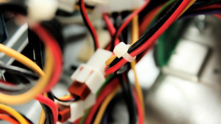 Прячем провода от компьютера в водосточный желоб